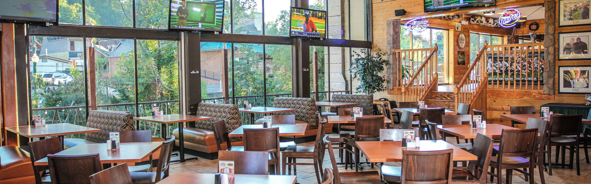 An ideal gathering place at River Terrace Resort, Drafts Burger Bar brings together the popular concepts of brew pubs and gourmet burger bars.
