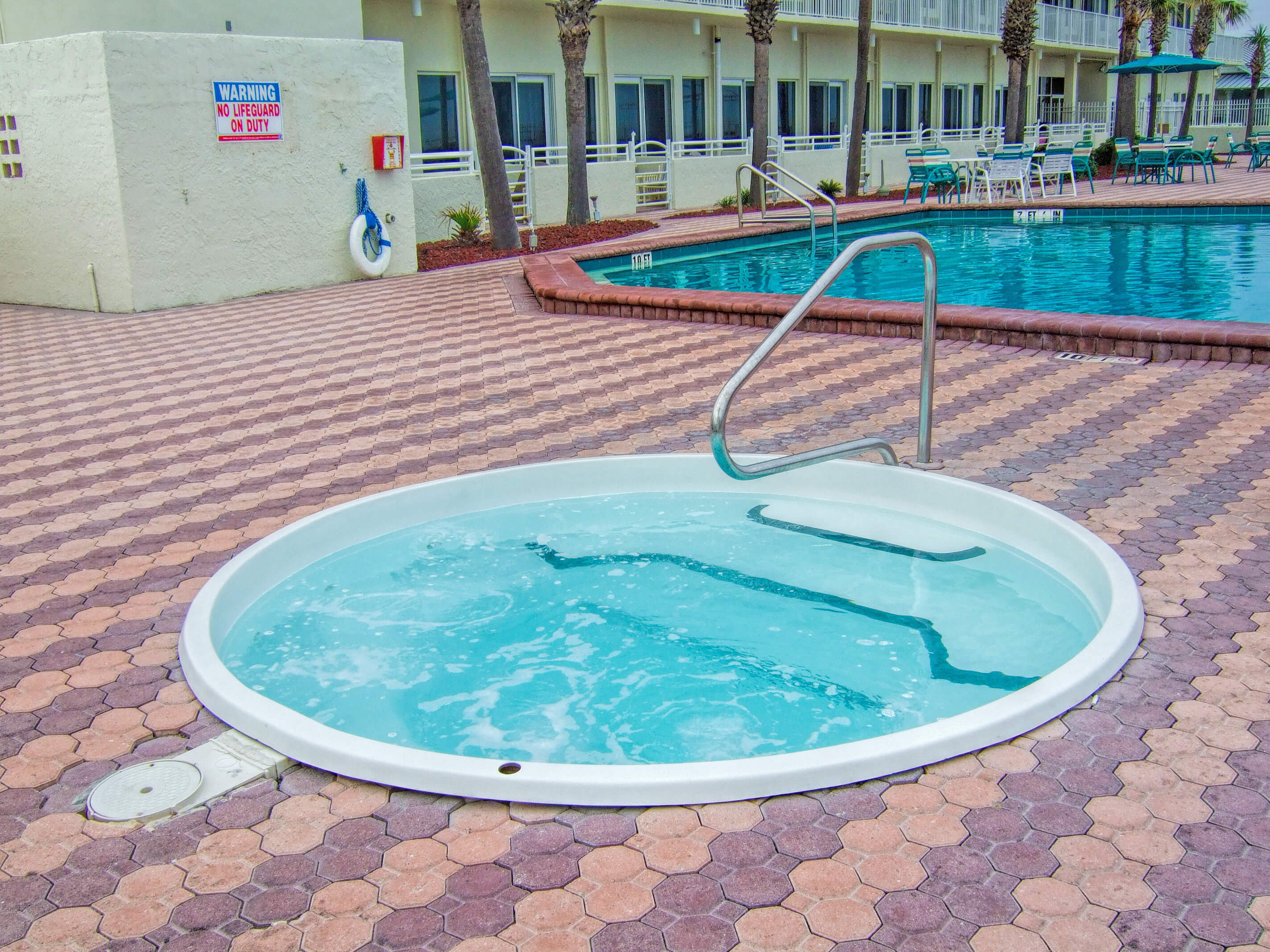 Hot tub and heated outdoor pool | Harbour Beach Resort